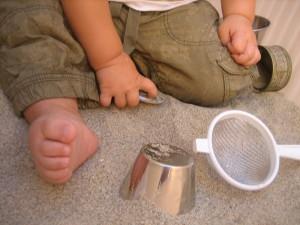 Bebé experimentando con arena