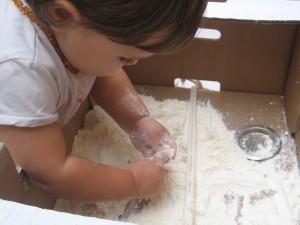 Bebé jugando con harina