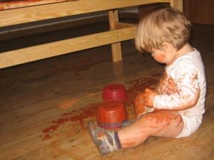 Bebé jugando con arcilla
